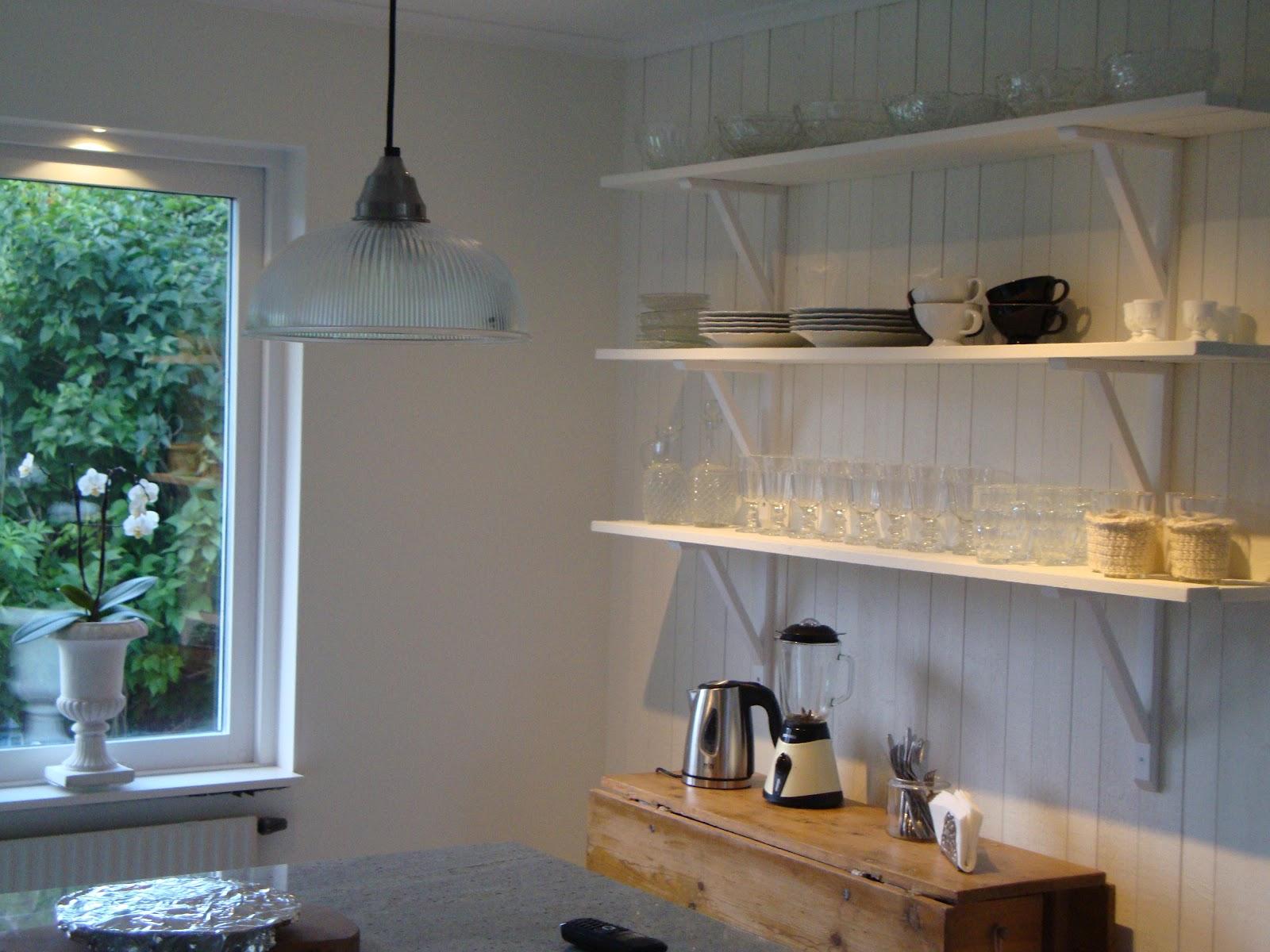 Camillas vita villa: hyllor i köket