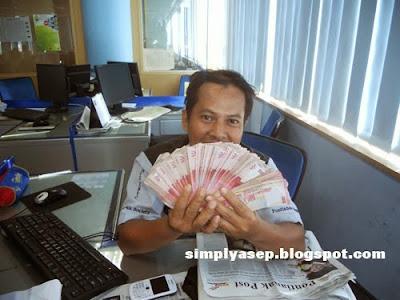 Segepok uang ini milik rekan kerja saya. Saya cuma foto selfie saja.  Foto Asep Haryono
