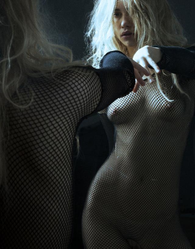 Suki Waterhouse esta desnuda