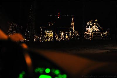 juleljus, julutsmyckning, jul god jul, hus, många ljus, massor av ljus, elräkning, saftig sådan, nu tändas tusen, foto anders n