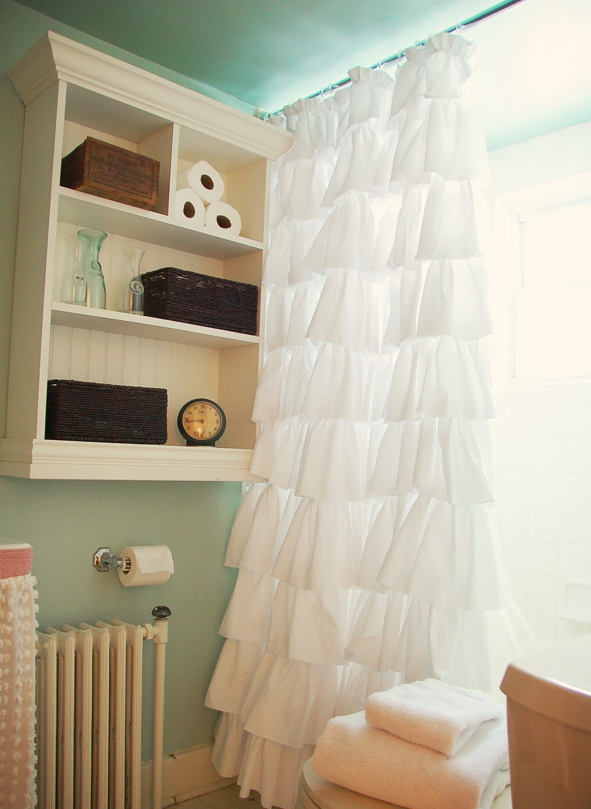 http://3.bp.blogspot.com/-LJQbeZnRRdg/TaOZt1EpF-I/AAAAAAAAH5o/qFONRbULkyk/s1600/Ruffled%20Shower%20Curtain%20-%20Beauty%20Shot%201.jpg