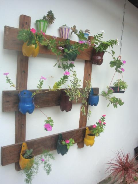 mini jardim de parede:Este tipo de suporte é ideal para pequenos jardins e varandas, pois