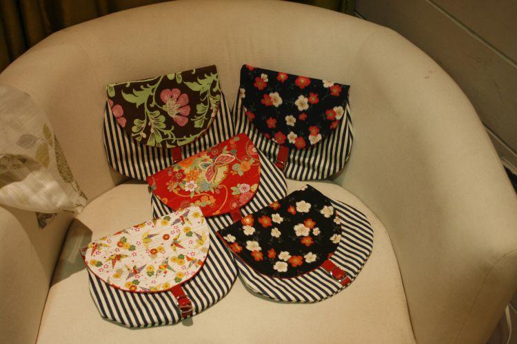 Preciosos bolsos hechos a mano con tapa de tela japonesa (hay uno que tiene una tela americana de patchwork, no os queremos engañar!) y cuerpo de lona navy