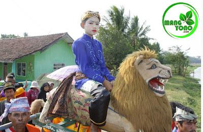 FOTO : Bangbang ( Anak om ) naik Sisingaan berkeliling kampung.