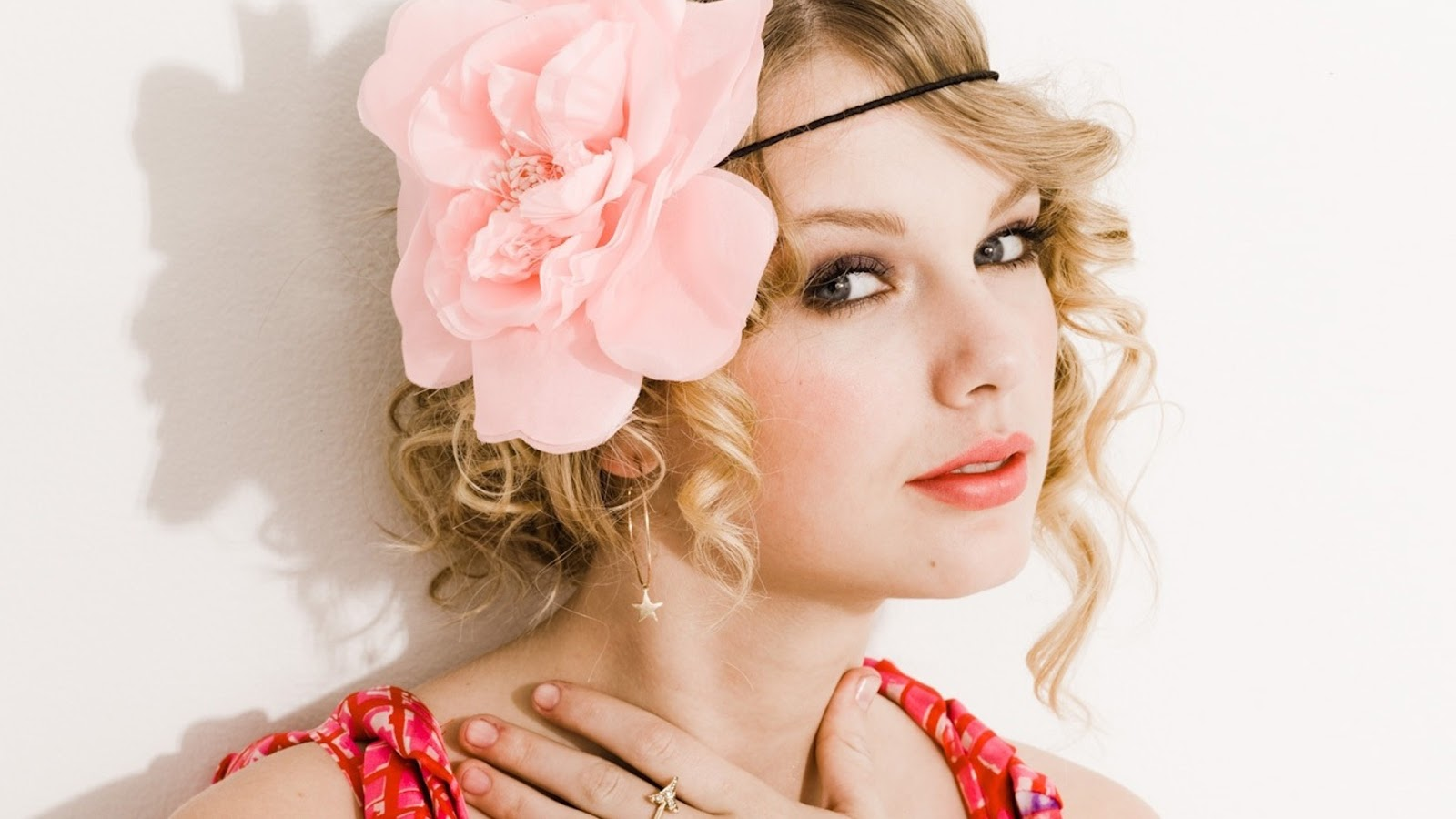 Lovely Taylor Swift Wallpaper