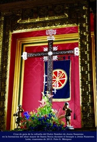 Cruz de guía de la cofradía del Dulce Nombre de Jesús Nazareno en la hornacina del altar mayor de Santa Nonia durante el besapie a Jesús Nazareno. León, cuaresma de 2013. Foto G. Márquez
