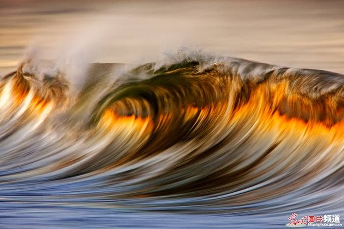 California photographer David Orias took some pictures of waves, similar to oil painting. Orias uses a long exposure and telephoto lenses that were produced here are amazing pictures.