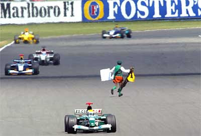 GP Da Inglaterra de F1, Silverstone em 2003 (padre católico na pista)- by corridasf1.blogspot.com