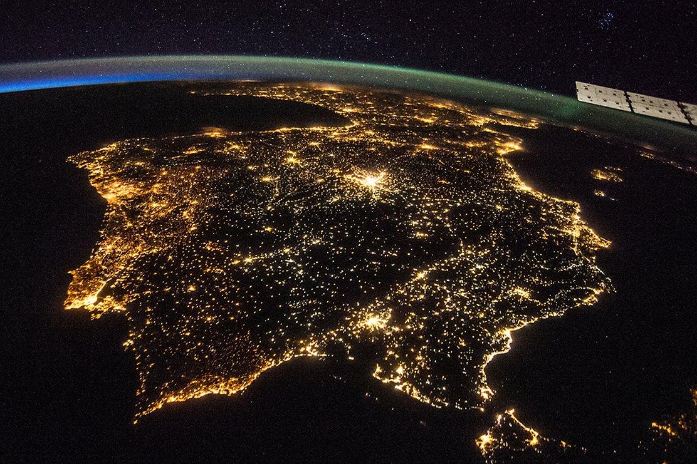 Пиренейский полуостров ночью: Испания и Португалия. В центре – ярко светящийся Мадрид