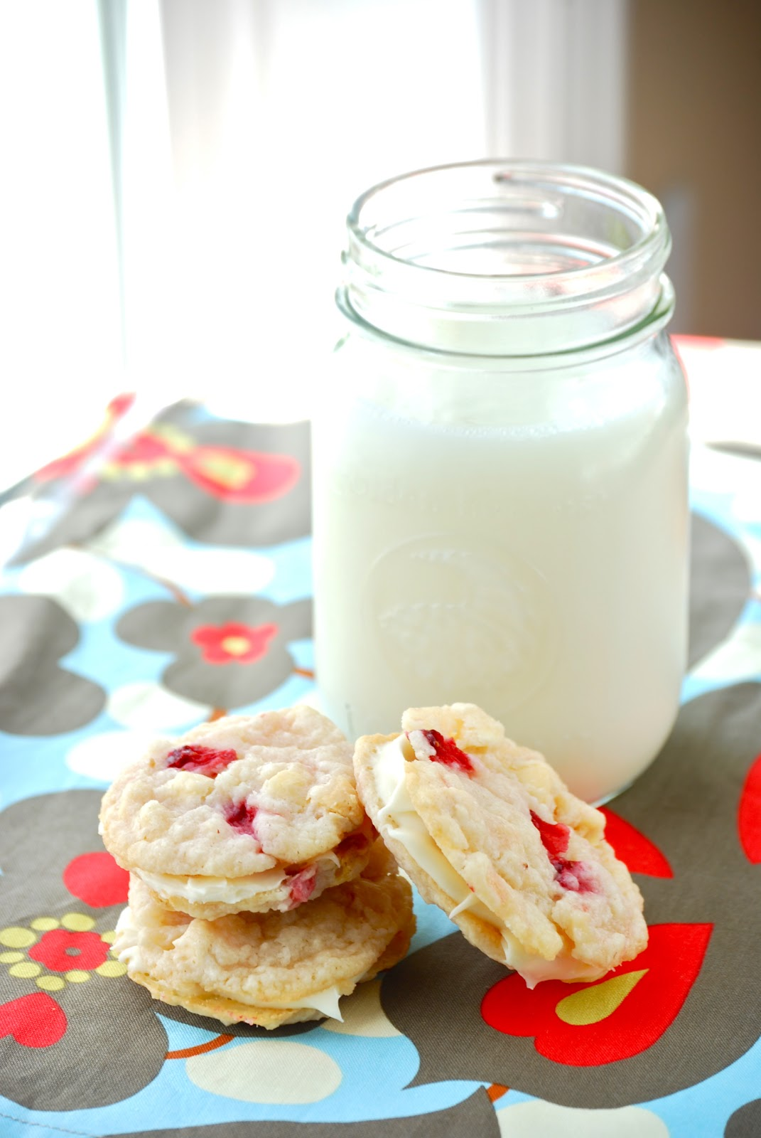 Bakeaholic Mama: Strawberry Cheesecake Sandwich Cookies (Guest Post)