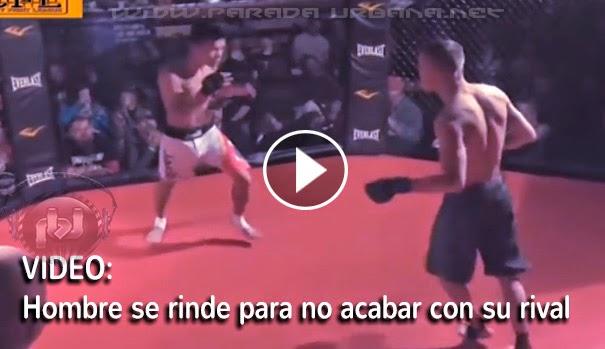 VIDEO INSÓLITO - Un luchador se rinde para no seguir destrozando  a su rival
