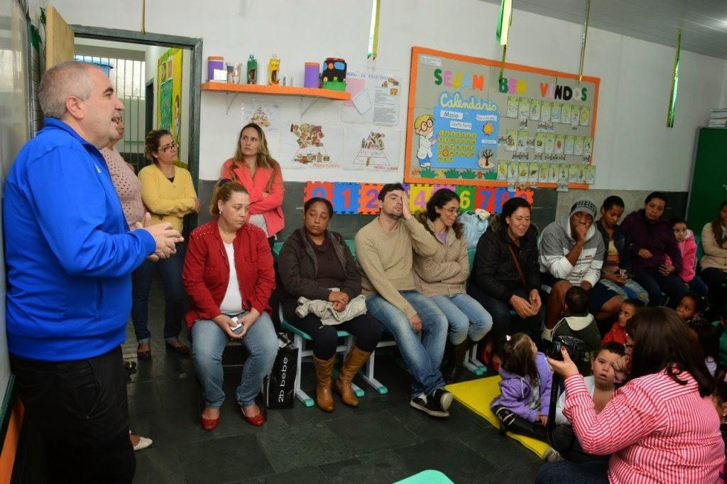 O escritor convidado Hudson Fernandes encanta adultos e crianças com contação de história na Escola Marília Porto