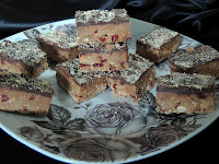 Cokoldni kolac sa keksom, lesnicima i brusnicama