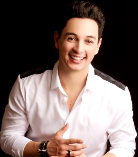 Víctor Drija con bella sonrisa
