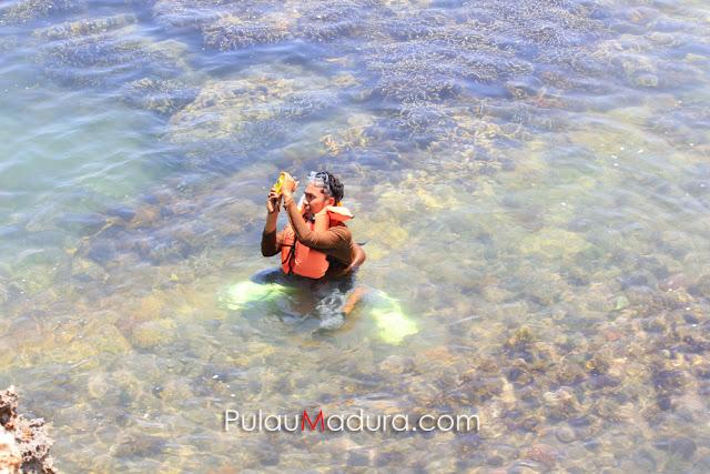 Snorkling di Pantai Ropet Pulau Gili Iyang - Sumenep