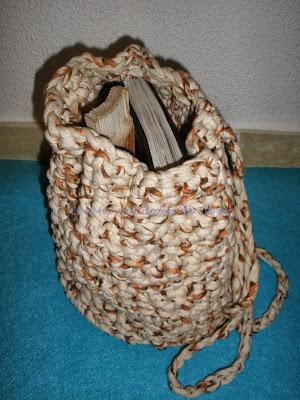 mochila tejida a crochet con trapillo abierta