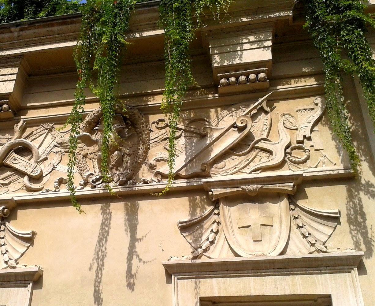 L'ancora in una delle decorazioni sui muri