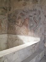 Fresco y baño de la habitación 7 de lasTermas del faro de Ostia, s.  II d. C