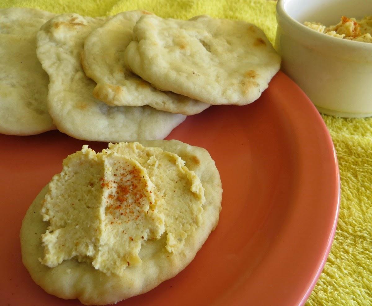 hummus y pan pita para el desayuno, todo casero