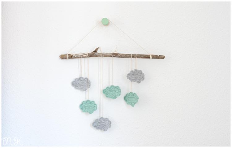 Móvil con nubes de ganchillo y rama de árbol