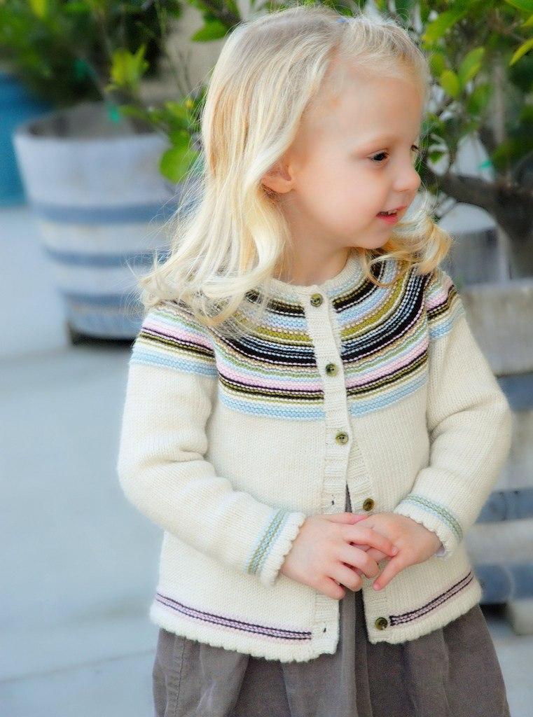 Вязать спицами кофточку для девочки 3-лет