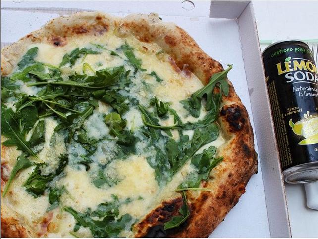 pizza margherita bianca con rucola e scaglie di parmigiano