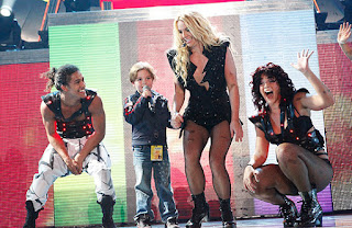 A princesa do pop Britney Spears canta ao lado do filho