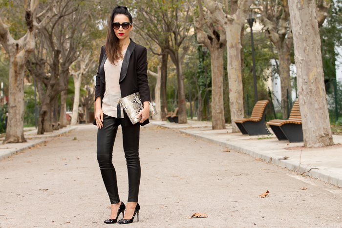 Look estilo Glam Rock con pantalones de piel para Navidad