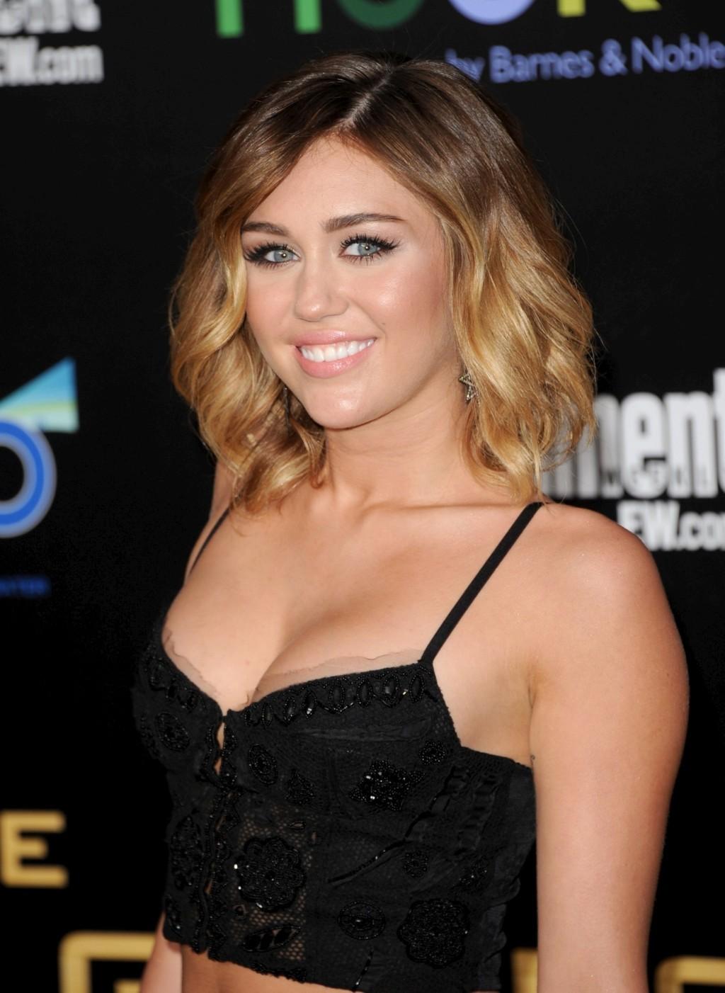 http://3.bp.blogspot.com/-LO1uJ0Nn384/T4ZDFrUc9NI/AAAAAAAABsk/_YFFE31JTsc/s1600/Miley%2BCyrus%2BPremiere%2Bin%2BLos%2BAngeles%2B5.jpg