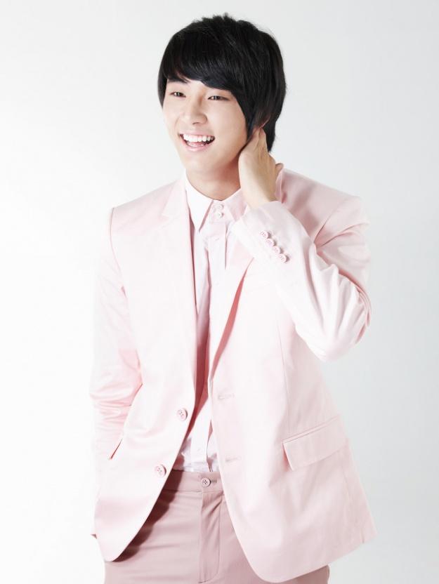 Ada profil tentang Yoon Shi Yoon  Yoon Shi Yoon 2012