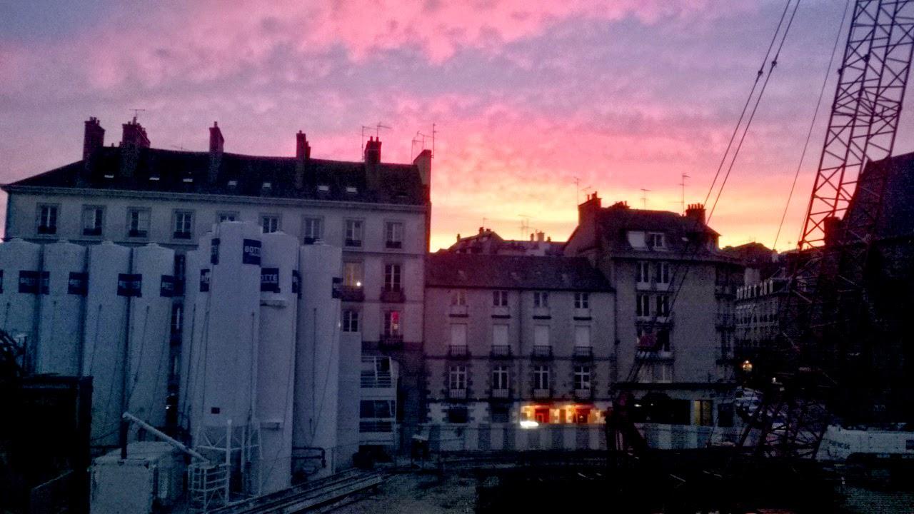 Le soleil vient de se coucher sur la ville...
