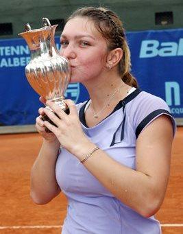 Simona Halep dando un beso a su copa