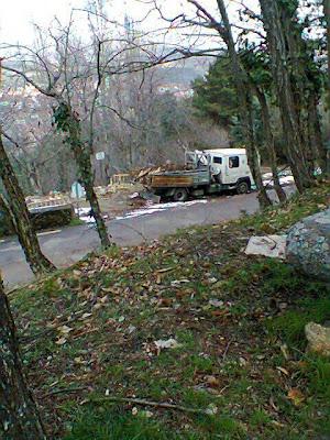 Camion municipal de Obras vertiendo en la escombrera de la Fuente de El Lobo