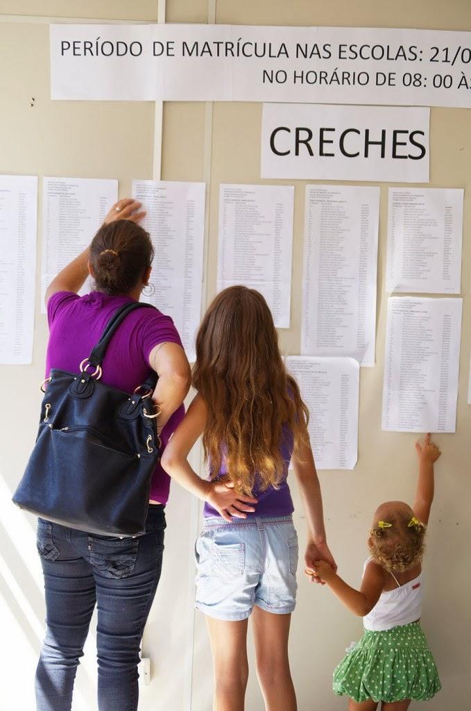 Pais e responsáveis conferem a listagem das vagas na SME