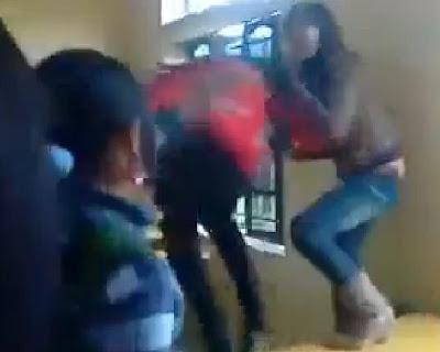 Nữ sinh đánh nhau toán loạn trong lớp học