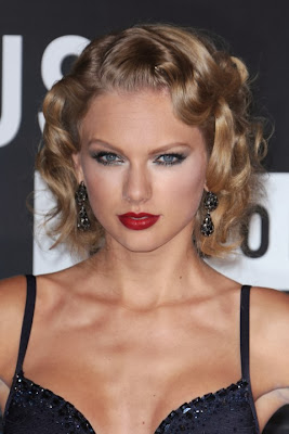 Taylor Swift Casual Short Hairstyle Curly