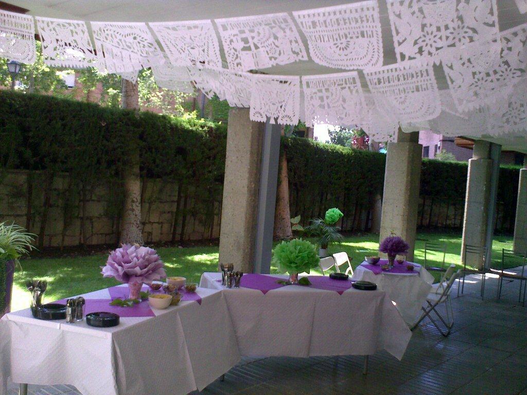 Mami te ayudo entre todos fiesta con papel picado - Como decorar una comunion ...