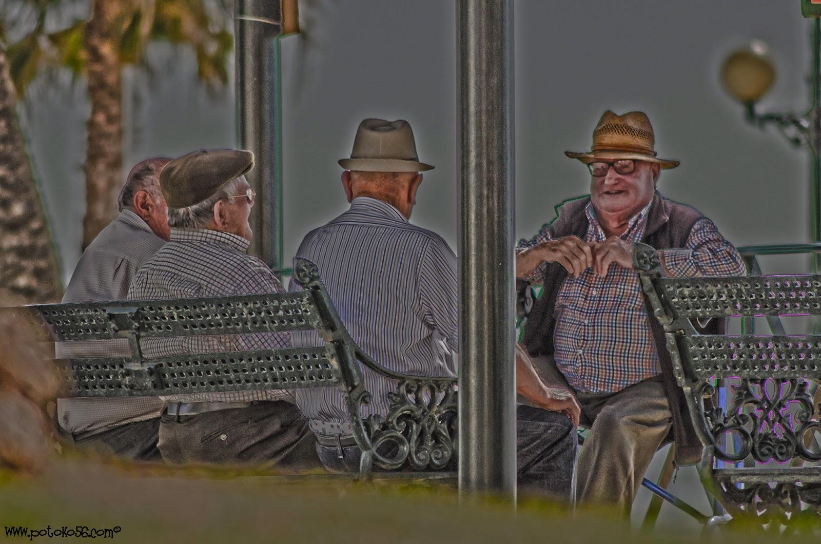 Amigos charlando de sus vivencias a lo largo de la vida en Rota