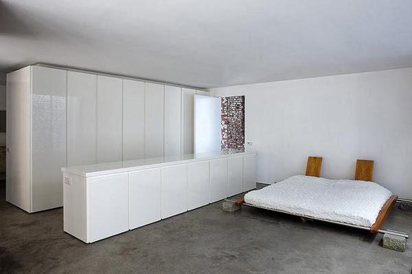 Minimalistyczna sypialnia i  białe meble nowoczesne lakierowane na wysopki połysk