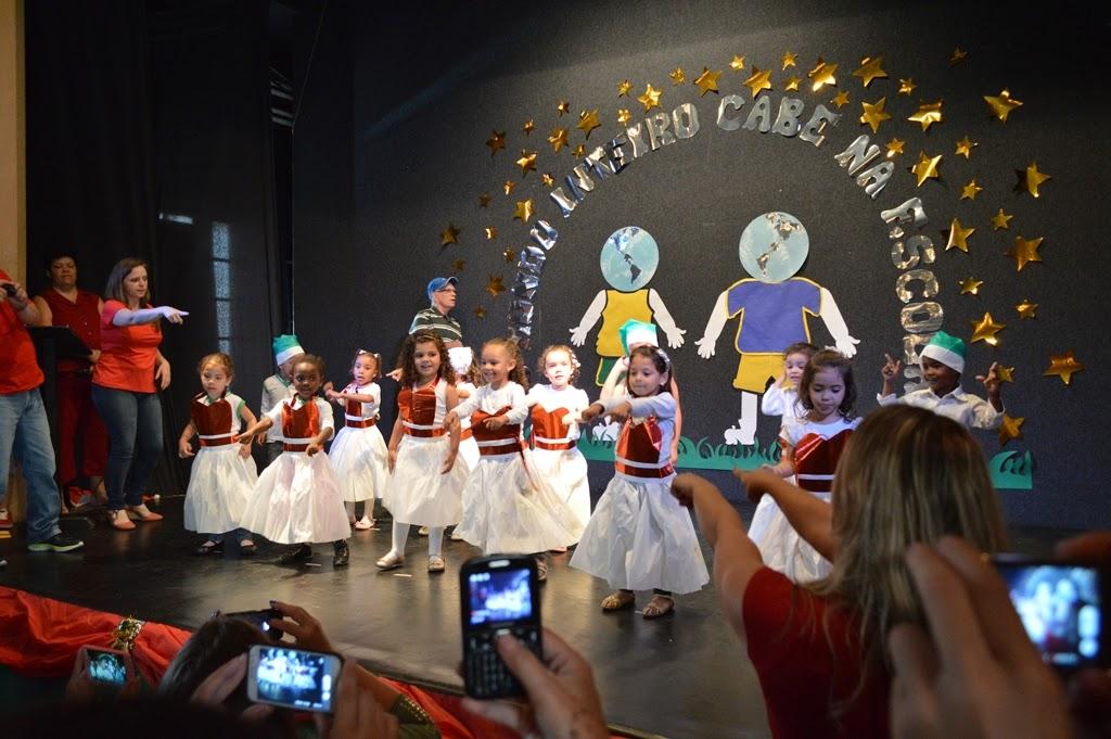Alunos cantam e dançam na festa de encerramento