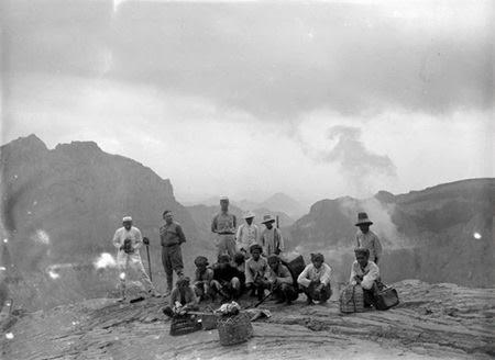 Foto bersama rombongan pendaki dari Eropa bersama warga pribumi di salah satu puncak Gunung Kelud Mei 1919.