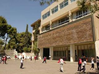 Αλβανός μαθητής στο Ηράκλειο κατέβασε και έσκισε την Ελληνική σημαία από Σχολείο!!!