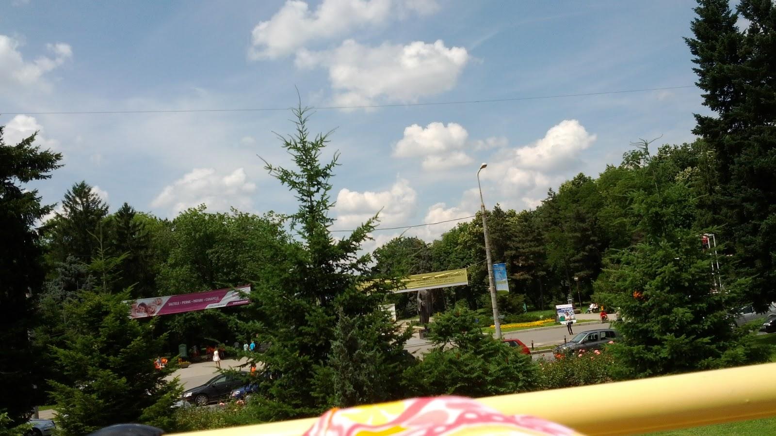 Parcul Herastrau, intrarea principala, metrou Aviatorilor. Ascunsa de vegetatie este statuia lui Charles de Gaulle