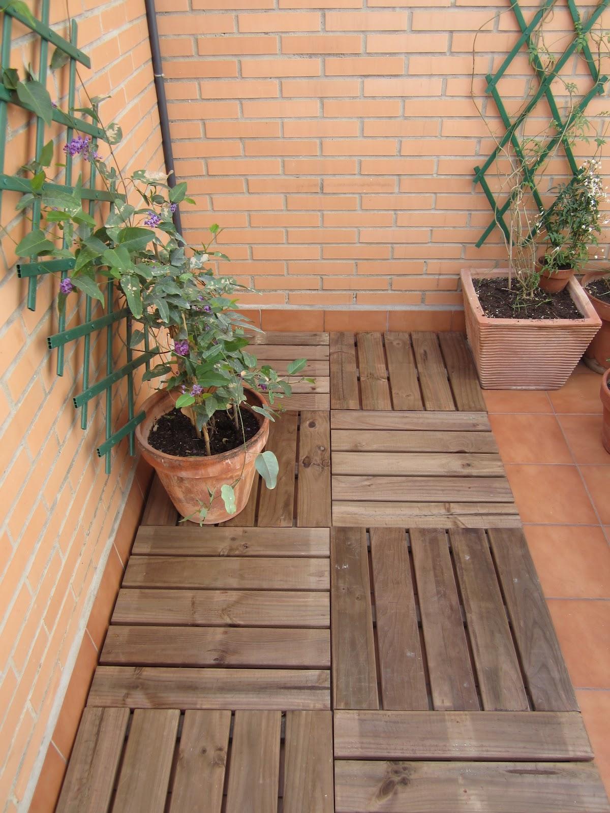 as que opt por colocar baldosas de madera en una de las zonas de la terrazau