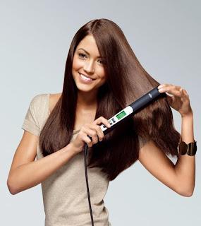 chica alisandose el cabello con la plancha