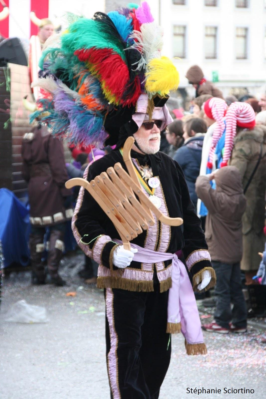 nez)  sa figure est recouverte d\u0027un masque au nez proéminent, d\u0027un  long bonnet rouge et blanc et d\u0027une petite pipe blanche. Il porte le  traditionnel