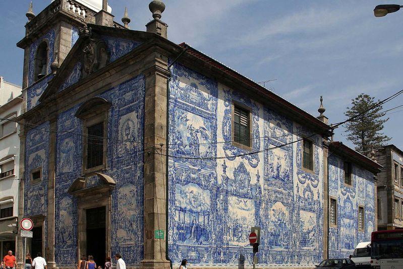 Azulejo na fasadzie kościoła.