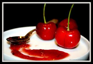 ciliegie fresche e cucchiaino con confettura di ciliegie