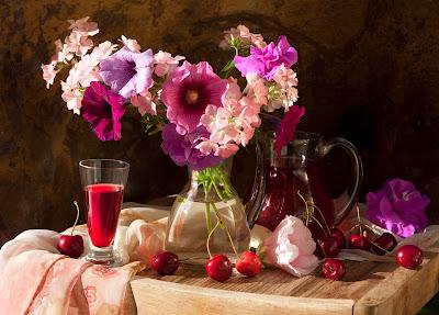 Arreglo floral y cerezas sobre la mesa
