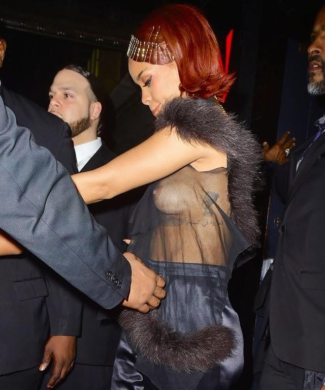 Rihanna captada con las tetas al aire - FARANDULA INTERNACIONAL - PAREJAS DISPAREJAS
